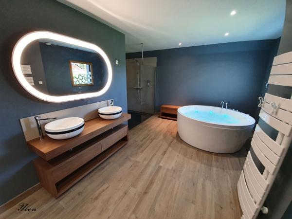 Création d'une salle de bain avec baignoire ronde jacuzzi près de Quiberon
